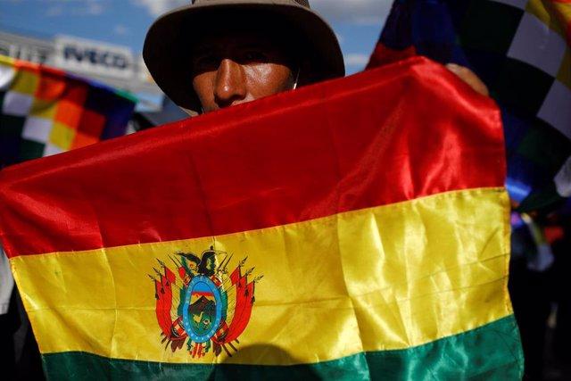 Seguidor de Evo Morales con una bandera de Bolivia en Cochabamba