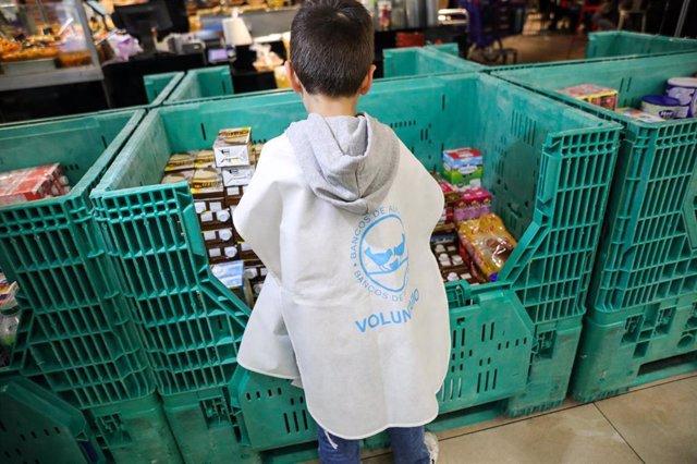 Niños colaborando como voluntarios en el Carrefour de Alcobendas, uno de los muchos puntos de recogida de alimentos. En Madrid, a 24 de noviembre de 2019.