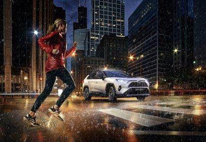 Toyota añade al RAV4 un sistema que alerta a los peatones cuando el coche circula en modo eléctrico