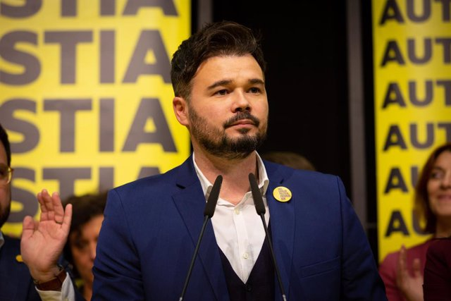 El diputat al Congrés dels Diputats d'ERC Gabriel Rufian durant la seva intervenció amb altres membres d'Esquerra Republicana el 10N al Pavelló de l'Estació del Nord de Barcelona (Catalunya, Espanya)