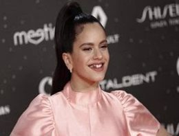 Rosalía con una funda de oro en los dientes
