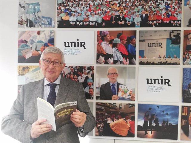 Rafael Puyol con el último ejemplar de la revista de UNIR