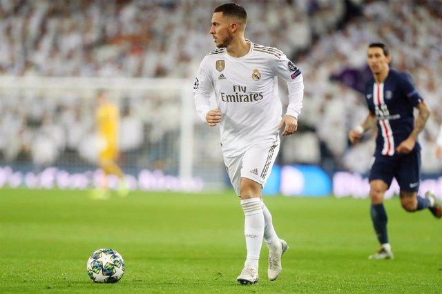 Eden Hazard conduce la pelota en el Real Madrid-PSG de la Liga de Campeones 2019-2020