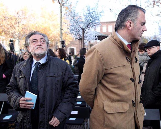 El portavoz del PSOE en el Ayuntamiento de Madrid, Pepu Hernández (i) y el secretario general de Vox y portavoz del partido en el Ayuntamiento de Madrid, Javier Ortega Smith (d), durante un acto de homenaje del Ayuntamiento de Madrid a la Constitución Esp