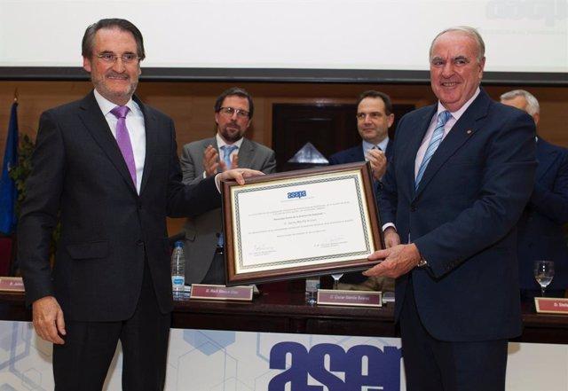 Jaime Revilla, presidente y consejero delegado de Iveco España (izquierda), y el presidente de Asepa, Francisco Aparicio (derecha)