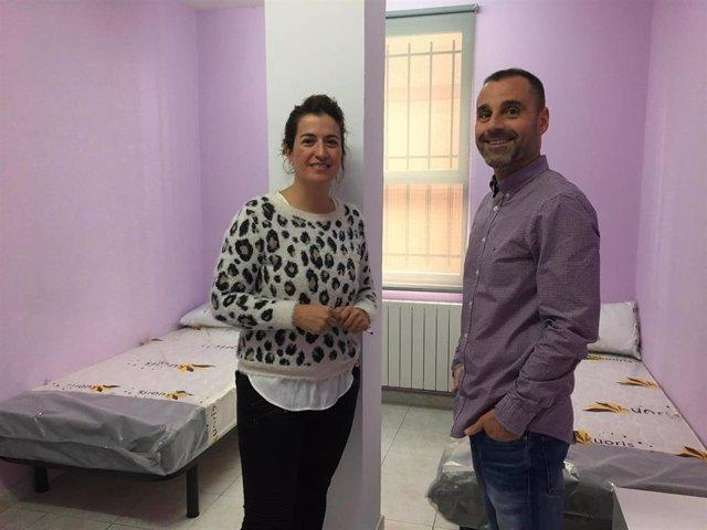 Marisa Sevilla, de Goiztiri, y el concejal Juan Antonio Pizarro, en la nueva sede del albergue de Barakaldo.