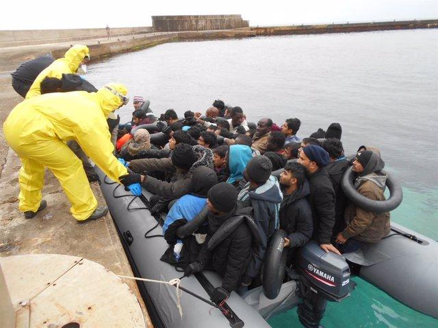 Salvamento Marítimo ha auxiliado a 130 personas, entre ellas nueve mujeres y al menos un menor, que han sido localizados en aguas del Mediterráneo si bien la primera de las pateras habría alcanzado por sus propios medios la isla de Alborán, donde el des