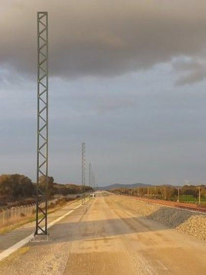 Adif AV inicia el izado de los postes de catenaria para la electrificación de la alta velocidad en Extremadura