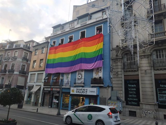 Imagen de la bandera Lgtbi desplegada en Granada