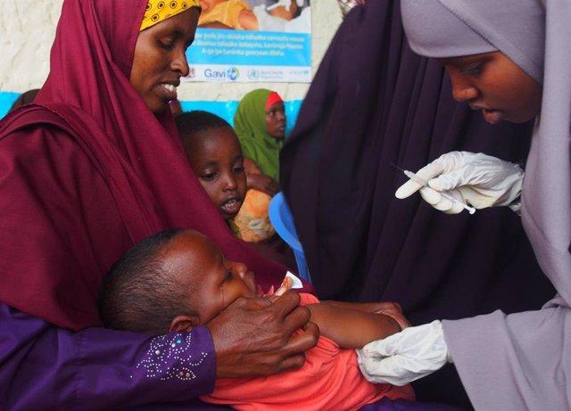 Niño siendo vacunado contra el sarampión en el centro de salud maternoinfantil SOS de Baidoa (Somalia), el 26 de noviembre de 2019.