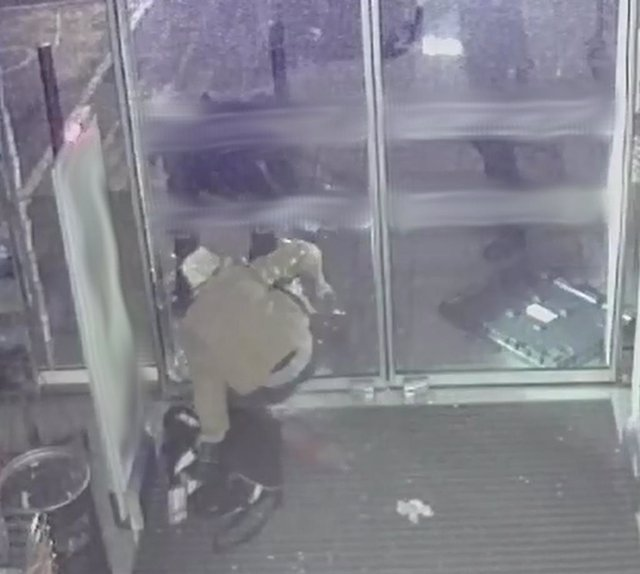 La Policía Nacional detiene a un hombre de 28 años mientras estaba robando en un establecimiento del Polígono de Son Malferit en Palma.