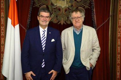 Juan Mari Aburto recibe al reconocido hispanista y escritor Ian Gibson