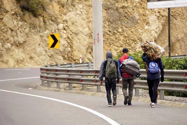 Venezolanos caminan hacia Perú