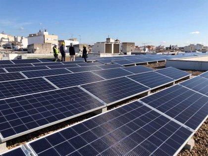 La instalación fotovoltaica de la cubierta del edificio Morería en Mérida permitirá ahorrar un 5% en la factura