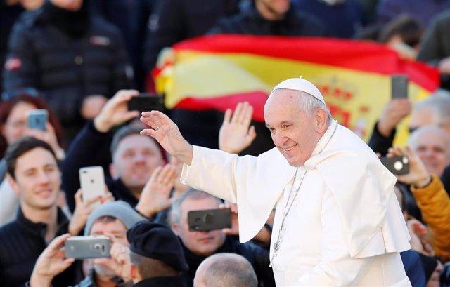 El Papa Francisco llega a una audiencia en la plaza de San Pedro en el Vaticano.