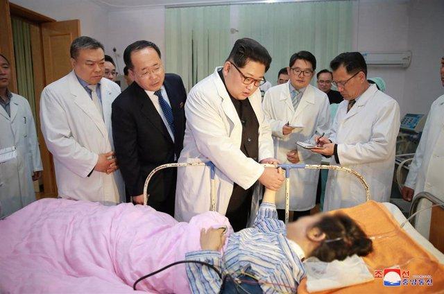 Kim Jong Un visita un hospital en Corea del Norte