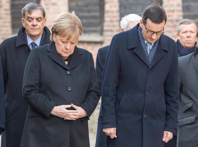 La canciller alemana, Angela Merkel, y el primer ministro polaco, Mateusz Morawiecki, visitan el antigu campo de concentración nazi de Auschwitz