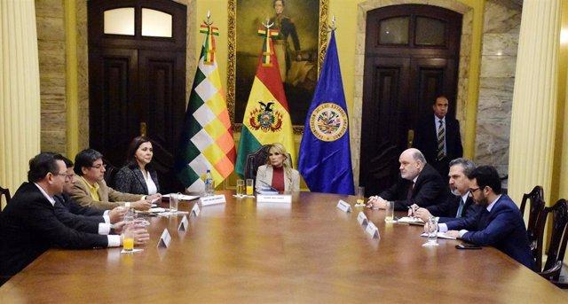 Jeanine Áñez, presidenta interina de Bolivia, en una reunión con representantes de la OEA