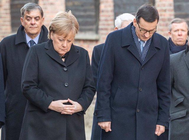 La cancellera alemanya, Angela Merkel, i el primer ministre polonès, Mateusz Morawiecki, visiten l'antic camp de concentració nazi d'Auschwitz