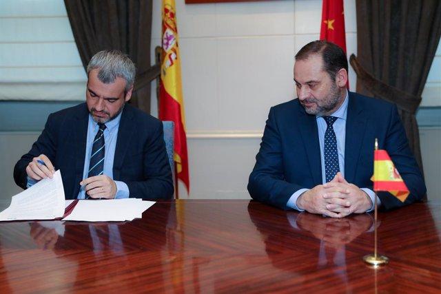 El ministre de Foment en funcions, José Luis Ábalos (d), i el president i conseller delegat d'Aena, Maurici Lucena (e), al Ministeri de Foment, Madrid (Espanya), 5 de desembre del 2019.