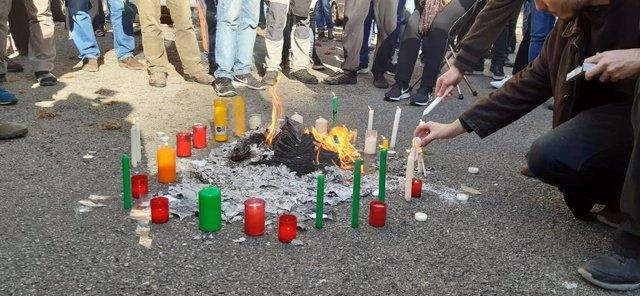 Fotocòpies de la Constitució cremant davant la Delegació del Govern espanyol a Catalunya, Barcelona, 6 de desembre del 2019.
