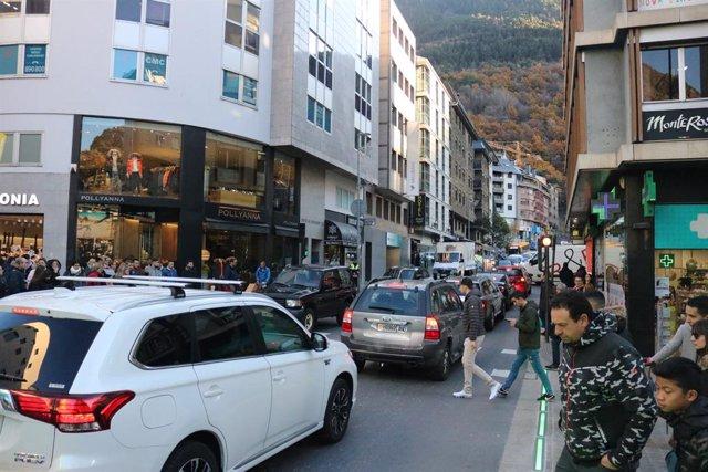 Andorra la Vella (Andorra): crulla entre l'avinguda Carlemany i Meritxell (per a vianants) i el vial de la Unió, 6 de desembre del 2019