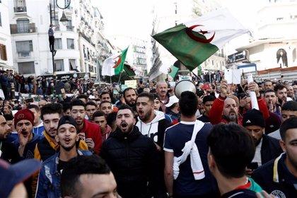 Decenas de miles de personas mantienen sus protestas en el último viernes antes de las presidenciales en Argelia