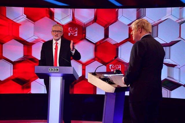 El primer ministro Boris Johnson y el líder del Partido Laboralista, Jeremy Corbyn durante un debate celebrado en la BBC, Londres