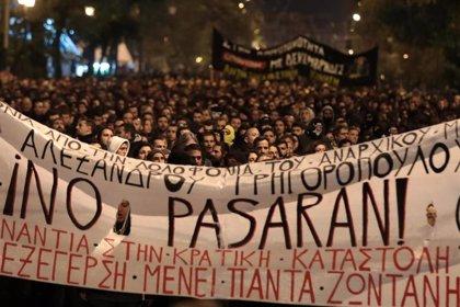 Enfrentamientos entre estudiantes y la Policía en Grecia en una manifestación en recuerdo de un niño tiroteado