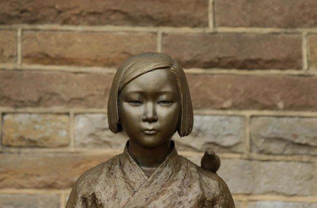 """Una estatua que conmemora a las """"mujeres de consuelo"""" coreanas."""