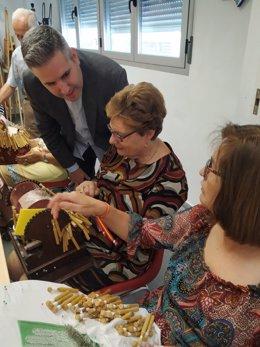 El delegado territorial de la Consejería de Igualdad, Políticas Sociales y Conciliación en Jaén, Antonio Sutil, en una residencia de mayores