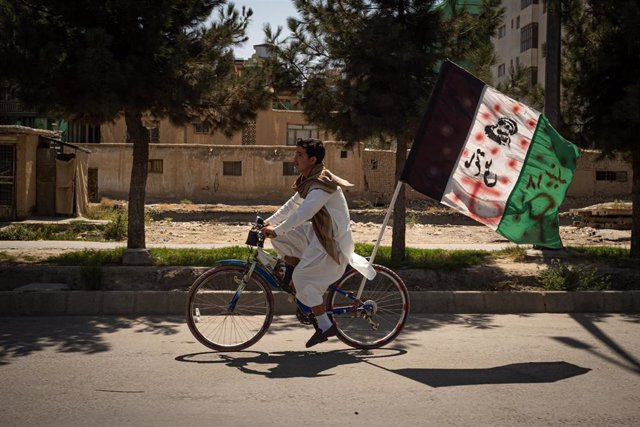 Joven afgano circula por Kabul