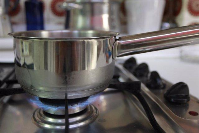 Gas, cuina de gas, flames, flama,  foc, fogó, fogons, gas natural, olla, olles, utensilis de cuina