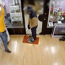 Un dels presumptes atracadors durant el robatori a una botiga de mòbils de Barcelona.