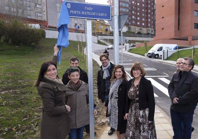La alcaldesa de Santander, Gema Igual, descubre la placa que bautiza a una nueva calle de Santander con el nombre de 'Poeta Matilde Camús'