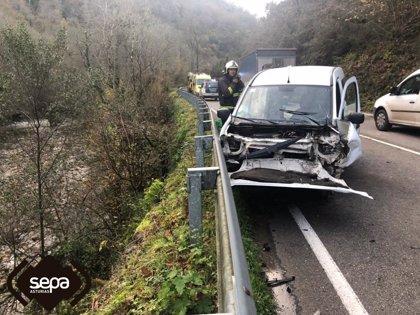 Trasladan al HUCA a una mujer herida en un accidente de tráfico cerca de Belmonte