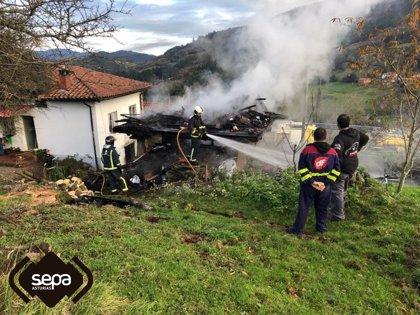 Sofocado un incendio en un hórreo de La Rebollada, en Salas
