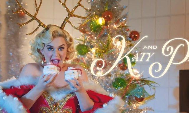 Katy Perry convertida en Mamá Noel