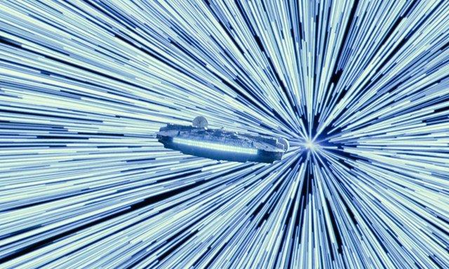 El Halcón Milenario saltando al hiperespacio en Star Wars: El ascenso de Skywalker
