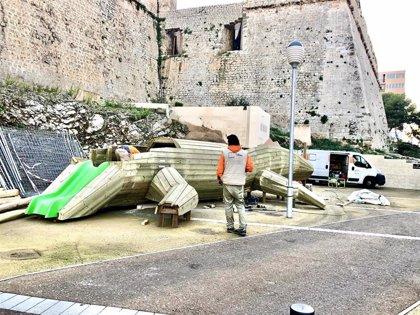 El Ayuntamiento de Ibiza instala el elemento principal del nuevo espacio de ocio infantil en la plaza de Sa Tarongeta