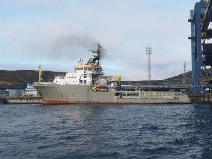Continúan los preparativos para intentar rescatar el 'Blue Star' de la costa de Ares (A Coruña)