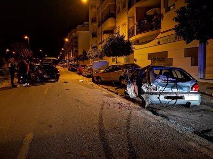 Dos heridos en Vélez-Málaga al estrellarse un coche contra varios vehículos estacionados
