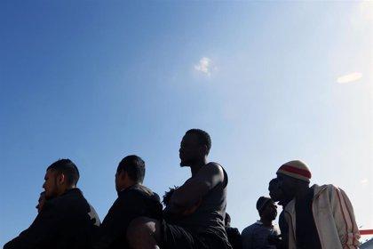 Rescatan a 77 personas de una patera y trasladan a Almería a las 49 que estaban en la Isla de Alborán desde el jueves