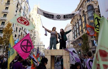 Manifestantes bloquean la Gran Vía de Madrid para exigir a la COP25 acciones efectivas ante la urgencia climática