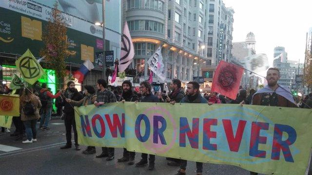 Manifestants bloquegen la Gran Via per exigir a la COP25 que prengui accions efectives davant la urgència climàtica