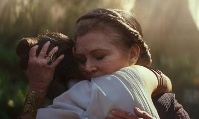 Leia (Carrie Fisher) abrazando a Rey (Daisy Ridley) en Star Wars: El ascenso de Skywalker
