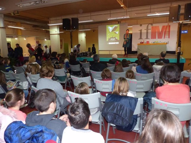 Cientos de personas visitan la XXV Feria del Libro Aragonés en Monzón (Huesca).