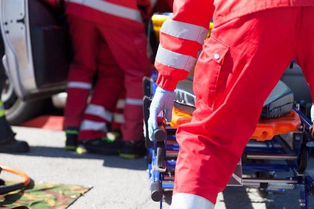 Paramédicos y ambulancia en un accidente de tráfico con heridos.