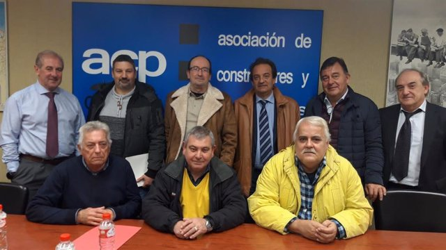 Representantes de la Asociación de Constructores y Promotores de Cantabria (ACP) y de los sindicatos CC.OO y UGT firman el calendario laboral del sector para 2020