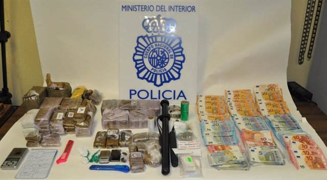 Imagen del hachís y el dinero en efectivo requisado por la Policía Nacional tras desmantelar una 'guardería' de droga.